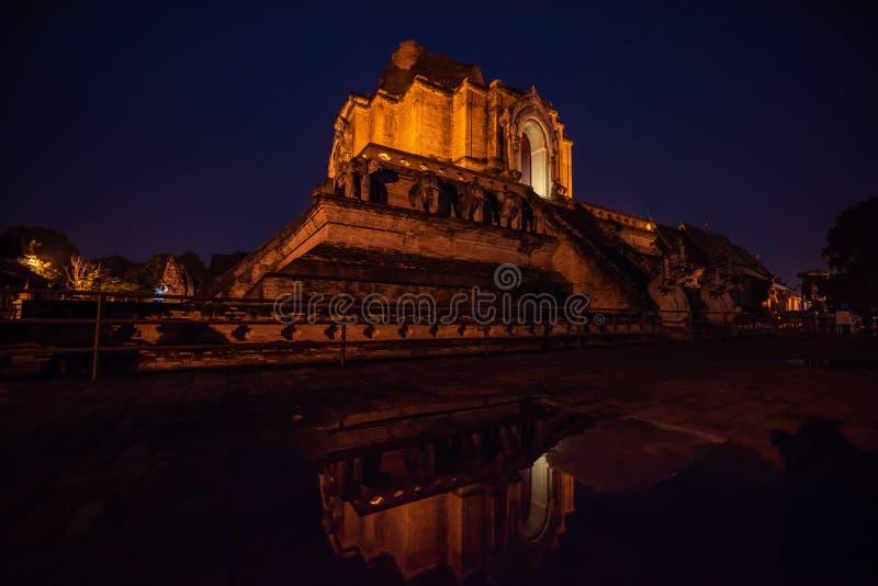 Wat Chedi Luang-Tempel der königlichen stupa Reflexion im Wasser nachts Chiang Mai City Thailand lizenzfreie stockbilder