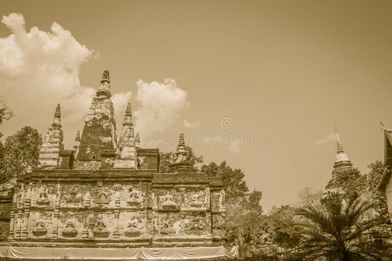 Wat Chet Yot (Wat Jed Yod) eller Wat Photharam Maha Vihara, den offentliga buddistiska templet med att kröna det plana taket av d royaltyfri foto
