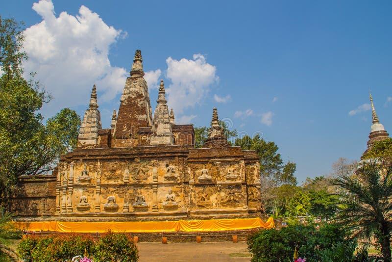Wat Chet Yot (Wat Jed Yod) eller Wat Photharam Maha Vihara, den offentliga buddistiska templet med att kröna det plana taket av d royaltyfri fotografi