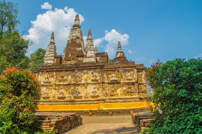 Wat Chet Yot (Wat Jed Yod) eller Wat Photharam Maha Vihara, den offentliga buddistiska templet med att kröna det plana taket av d royaltyfria foton