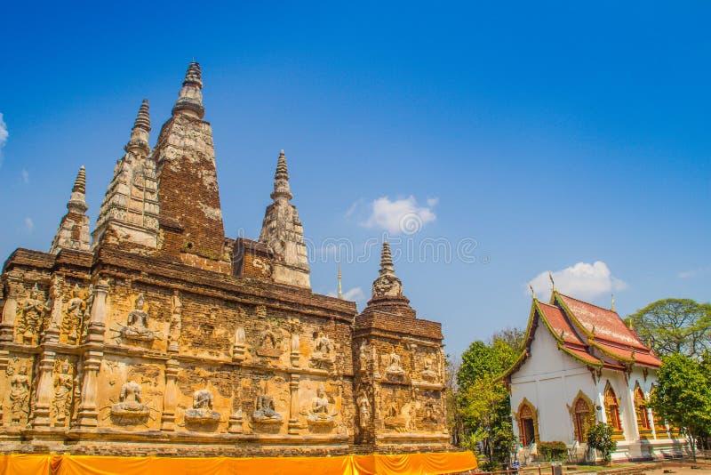 Wat Chet Yot (Wat Jed Yod) eller Wat Photharam Maha Vihara, den offentliga buddistiska templet med att kröna det plana taket av d royaltyfri bild