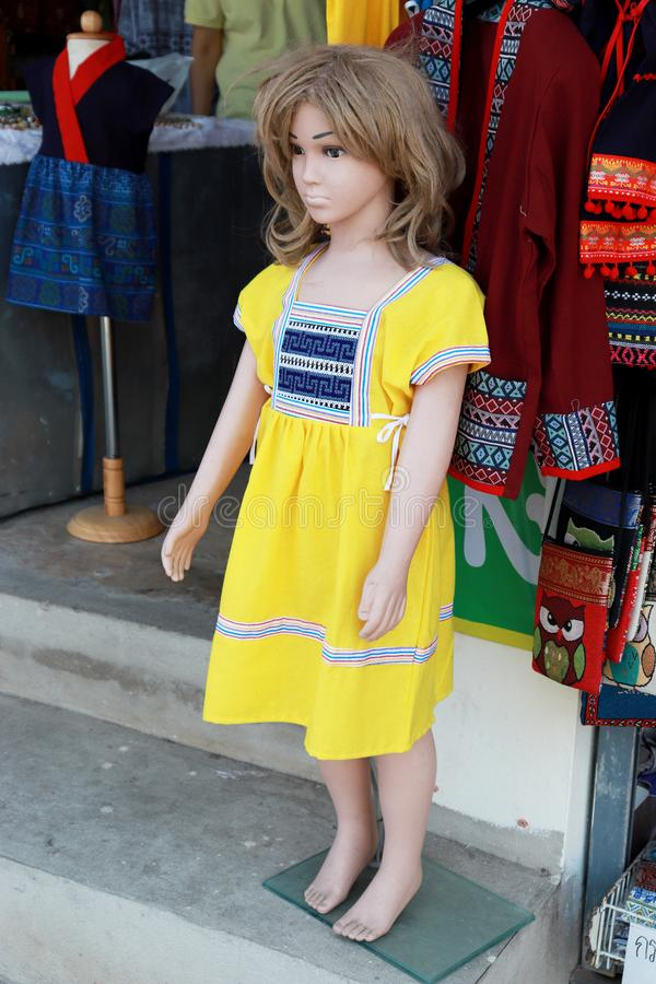 Wat Doi Kum, Muang, Changmai, Thailand tolle 20, Bekleidungsgeschäft mit 2019 Frauen Mannequin gekleidet im gebürtigen Stoff des  lizenzfreies stockfoto