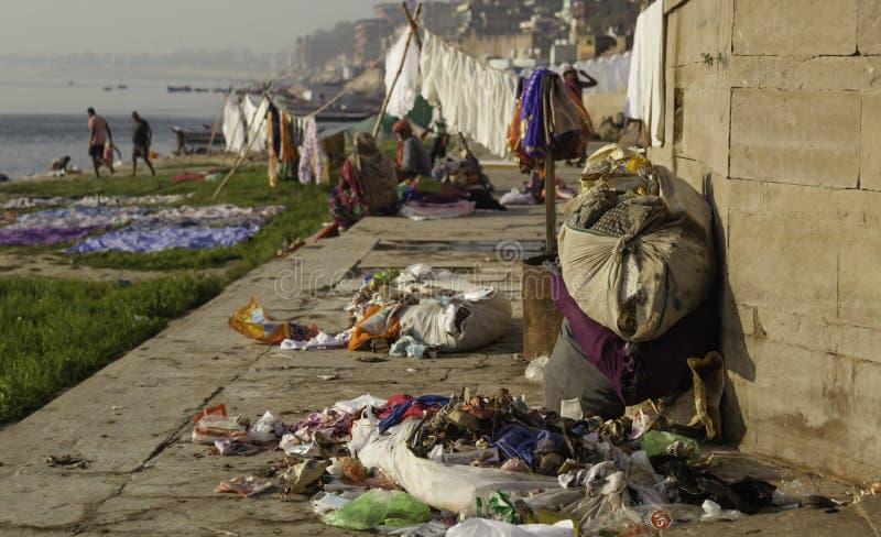 Wat een Afval naast de Rivier Ganges verliet stock afbeelding