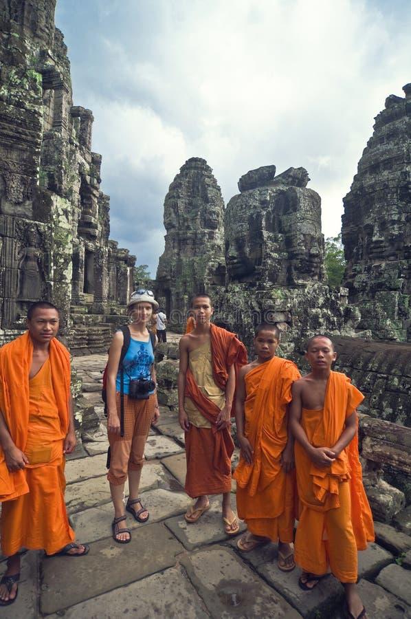 wat för turist för angkorflickamonks royaltyfri fotografi