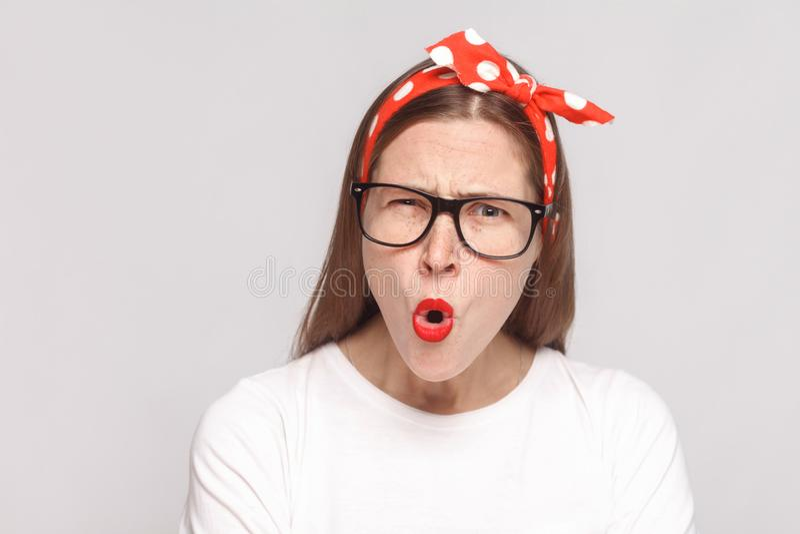 Wat? het geschokte portret van de gezichtsclose-up van mooie emotionele jongelui stock foto's