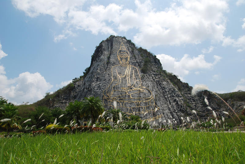Wat Khao Chi Chan Buddha Bild im Berg stockbild