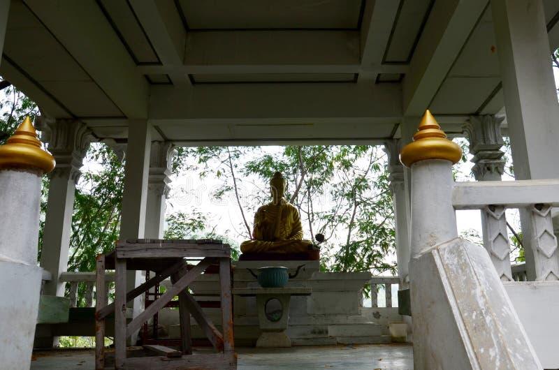 Wat Khao Wong Phra Chan στην κορυφή του βουνού σε Lopburi, Ταϊλάνδη στοκ εικόνα