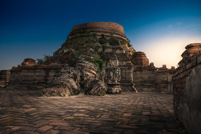 Wat Kudi Dao gammal tempel med solljus Forntida bruten pagod på royaltyfri bild