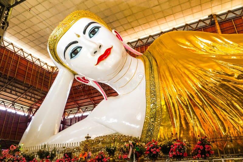 Wat Kyauk Htat Gyi возлежа Будда стоковые изображения rf