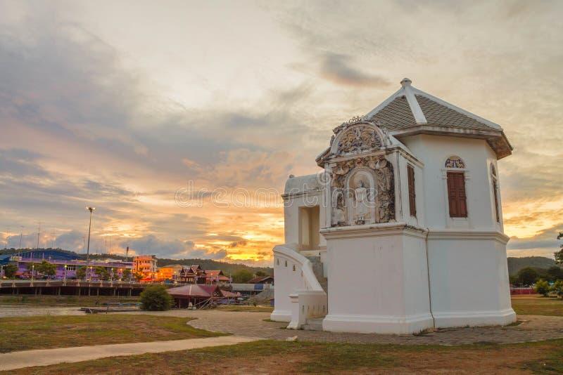 Wat larwy świątynia przy mrocznym czasem fotografia royalty free