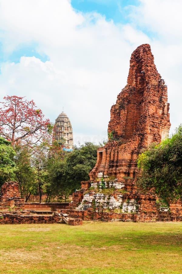 Download Wat Mahathat Im Komplex Des Buddhistischen Tempels In Ayutthaya Nahe Bangkok Thailand Stockfoto - Bild von gebäude, asien: 90237592