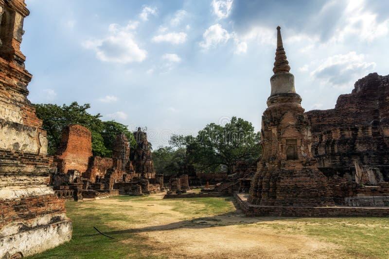 Wat Mahathat Prang y Chedi fotos de archivo