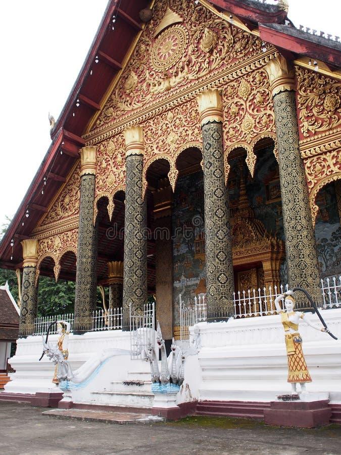 WAT MAHATHAT; Tempel van Grote Stupa in LUANG PRABANG stock afbeeldingen