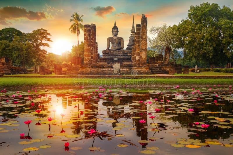 Wat Mahathat Temple en el recinto del parque histórico de Sukhothai, Tailandia fotografía de archivo libre de regalías