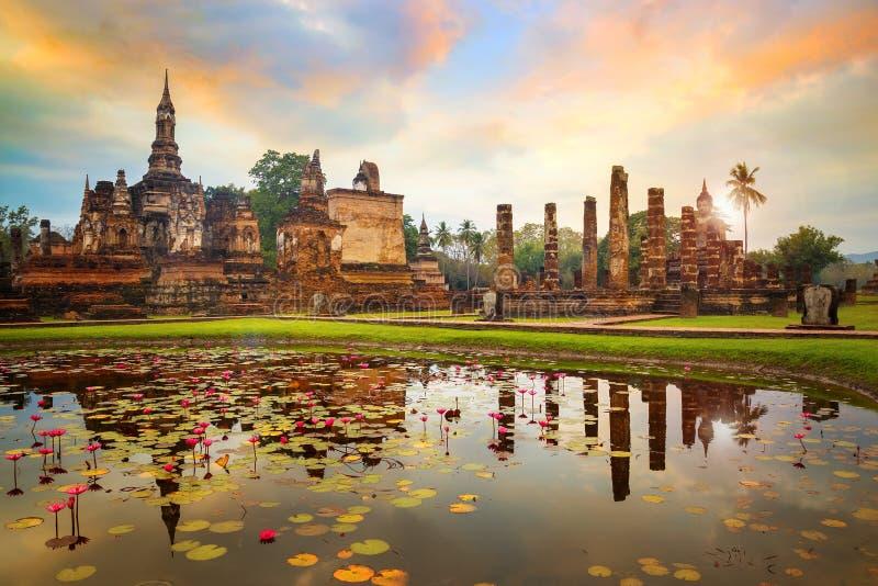Wat Mahathat Temple nel recinto del parco storico di Sukhothai in Tailandia fotografie stock libere da diritti