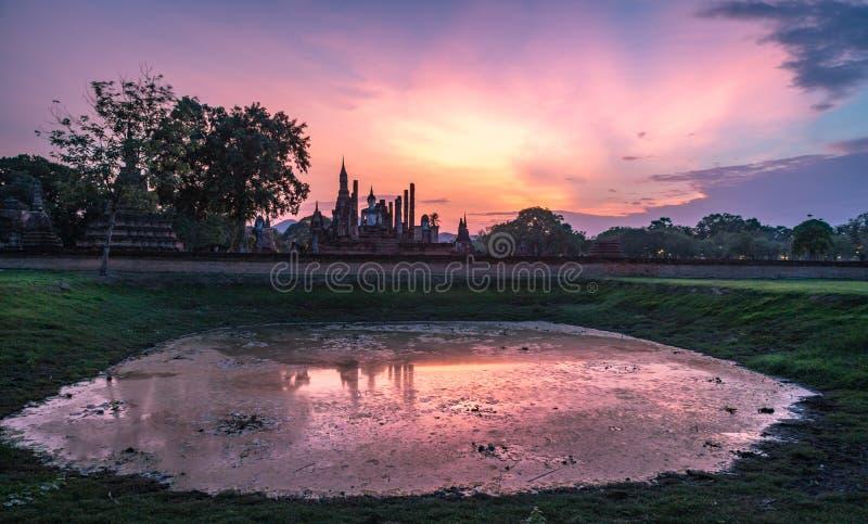 Wat Mahathat Temple no parque histórico em Sukhothai no por do sol imagens de stock