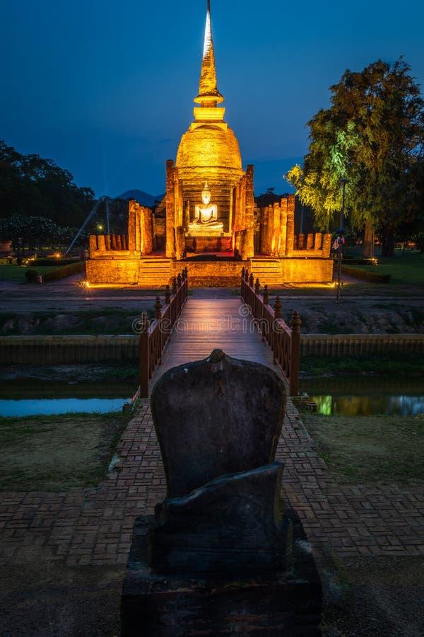 Wat Mahathat Temple no parque histórico em Sukhothai em Tailândia imagem de stock