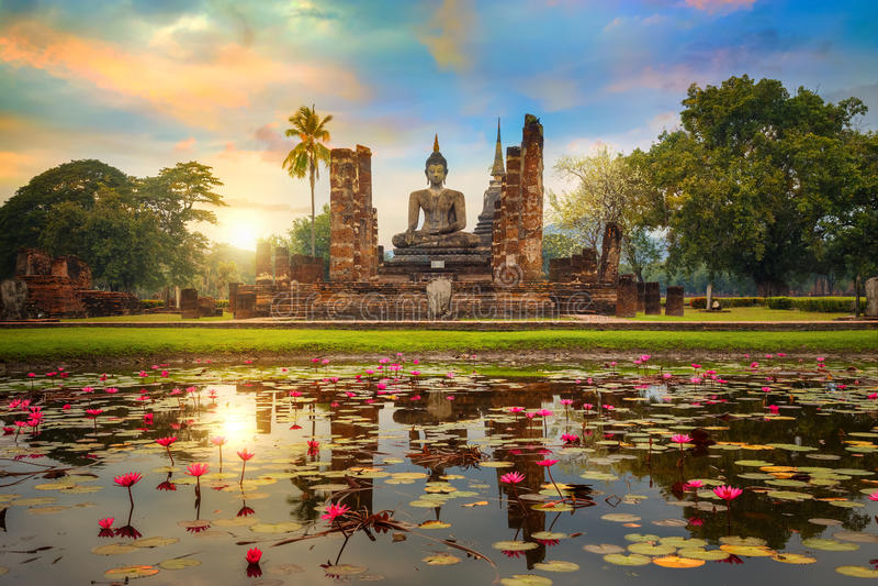 Wat Mahathat Temple nos arredores do parque histórico de Sukhothai em Tailândia imagens de stock