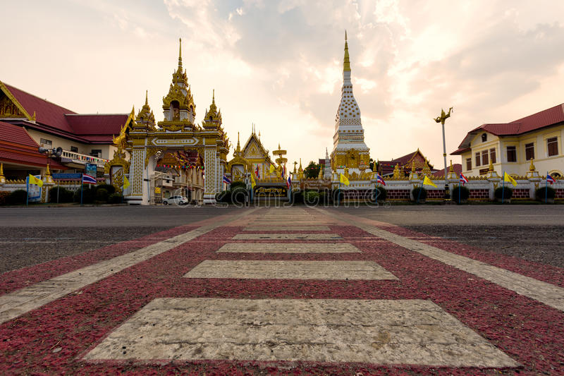Wat Mahathat Temple under solnedgång på det Nakhon Phanom landskapet, Th royaltyfri fotografi