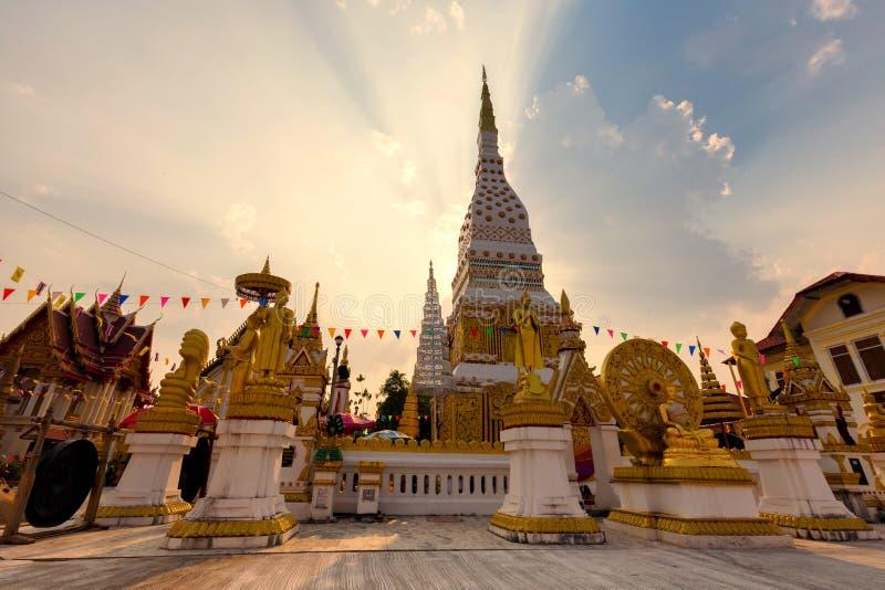 Wat Mahathat Temple under solnedgång på det Nakhon Phanom landskapet, Th arkivfoton