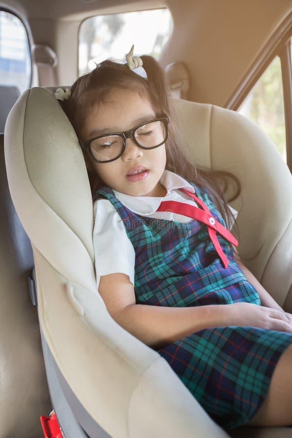 Wat meisjesslaap in carseat stock foto's