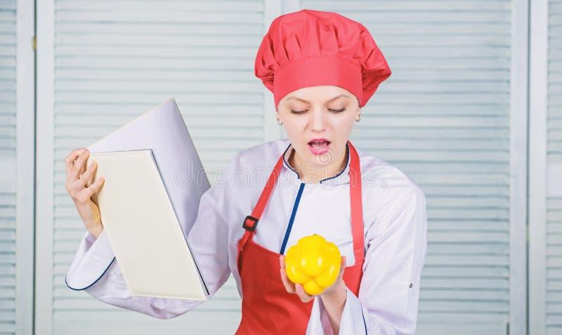 Wat met paprika te koken Professionele Chef-kok Cooking in Keuken Organisch en vegetarisch de gelukkige vrouw houdt van gezond royalty-vrije stock foto's
