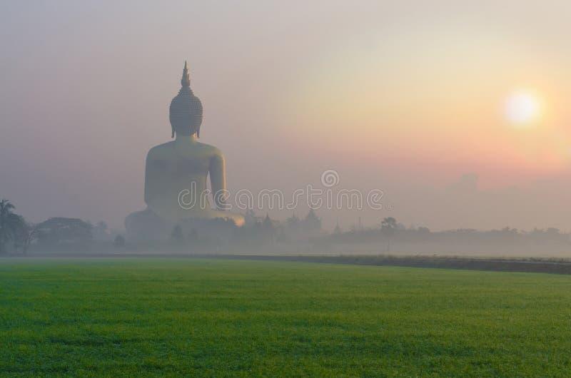 Wat Muang寺庙的大菩萨有雾的 库存图片