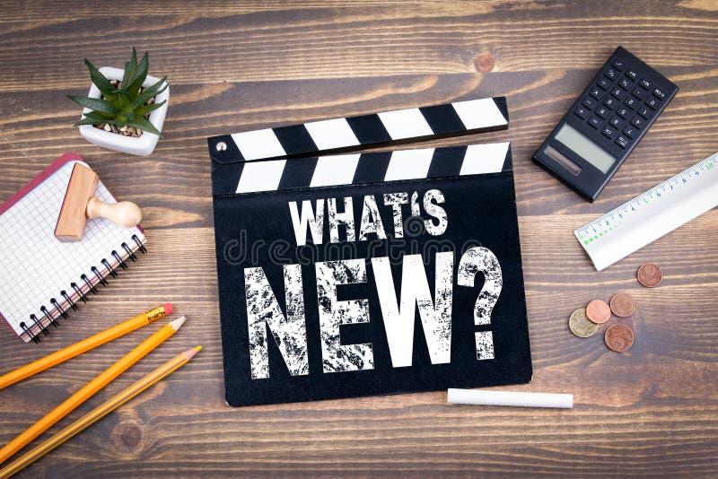 Wat nieuw is filmklep op een houten bureau royalty-vrije stock afbeelding