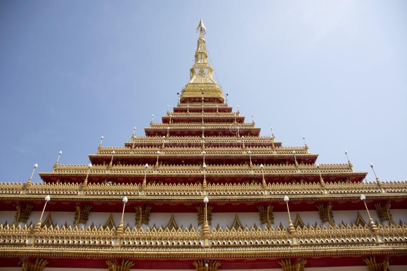 Wat Nong Waeng寺庙的Phra Mahathat Kaen洛坤塔泰国人的和旅客在Khon Kaen,泰国参观并且祈祷 免版税图库摄影