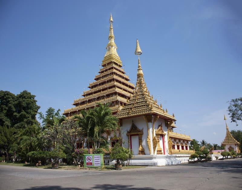 Wat Nong Waeng寺庙的Phra Mahathat Kaen洛坤塔泰国人的和旅客在Khon Kaen,泰国参观并且祈祷 免版税库存照片