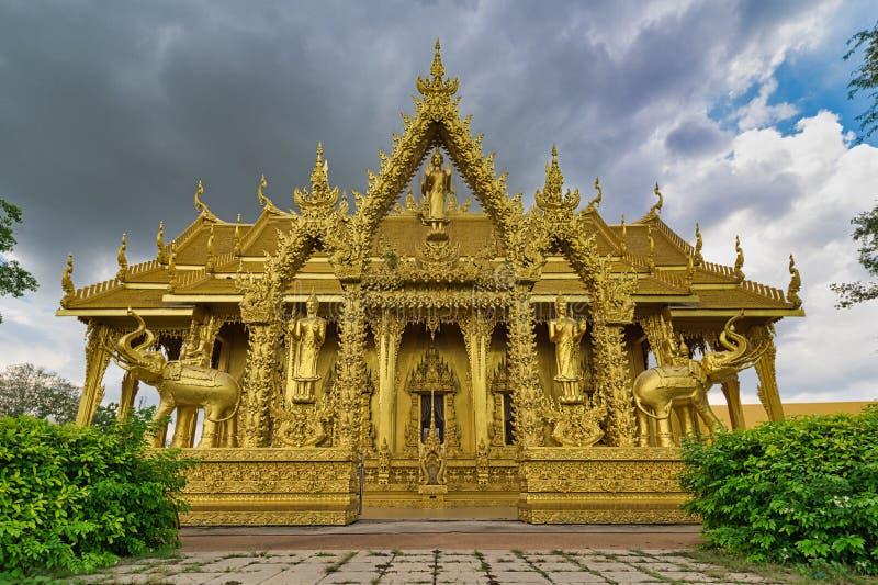 Wat Paknam Jolo Chachoengsao, Thailand: Arkitekturen av Thailand som tillhör buddism, dekoreras med alla guld- färger royaltyfria foton