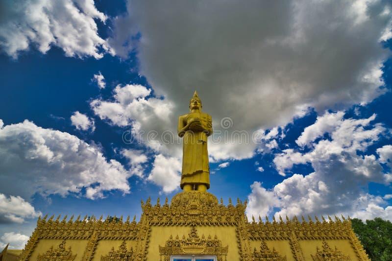 Wat Paknam Jolo Chachoengsao, Thailand: Arkitekturen av Thailand som tillhör buddism, dekoreras med alla guld- färger royaltyfria bilder