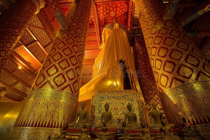 Wat Phanan Choeng寺庙的巨型金黄菩萨在阿尤特拉利夫雷斯, Th 库存图片