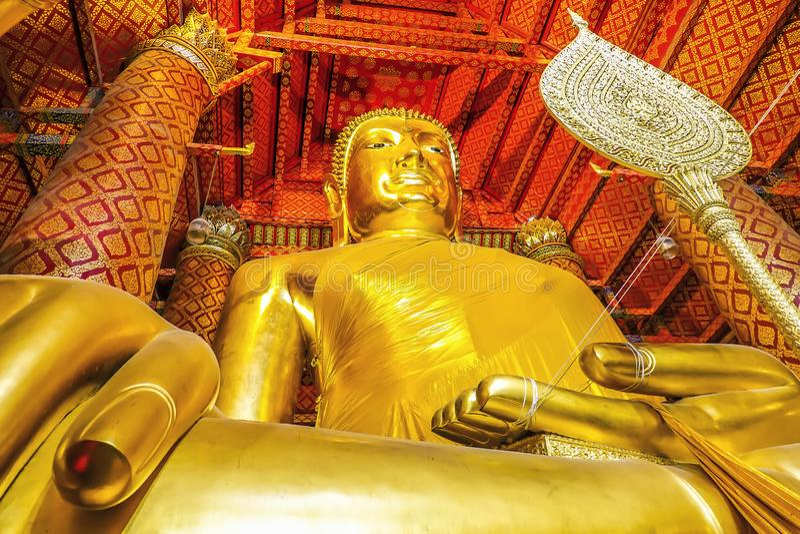 Wat Phanan Choeng é um templo budista a estátua enorme da Buda chamada Luang Pho Tho, povos tailandeses adora o templo da Buda na imagens de stock