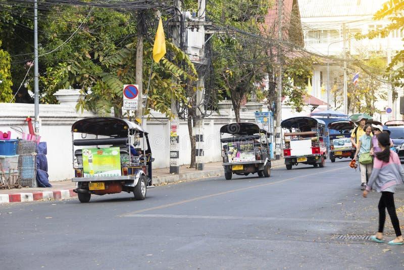 Wat Phatat Doi Suthep 17-ое февраля 2019: Затор движения на улице воскресенья идя в chiangmai стоковые фото