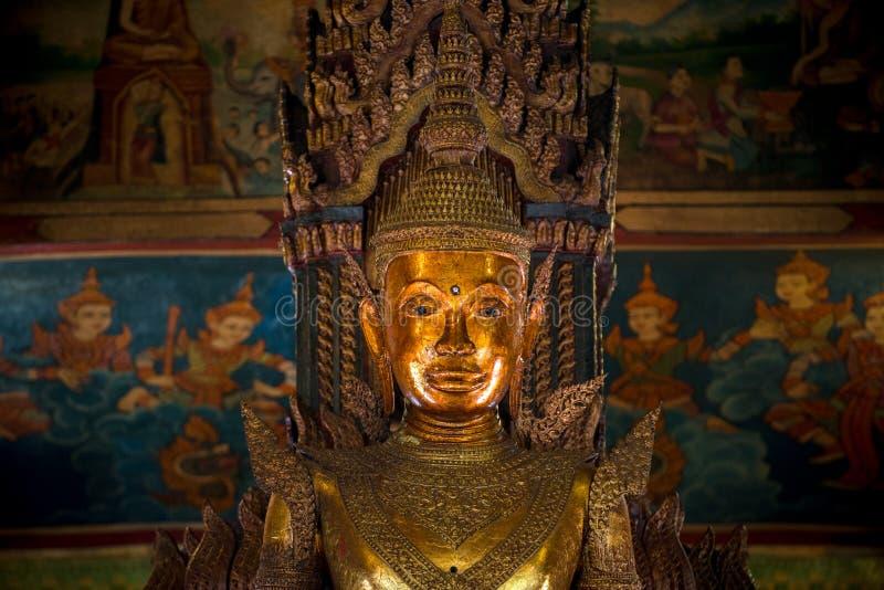 Wat Phnom Buddhastatyn arkivfoto