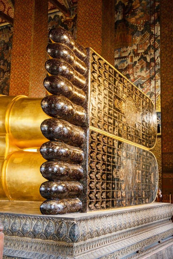 Wat Pho寺庙的斜倚的金黄菩萨在曼谷 图库摄影