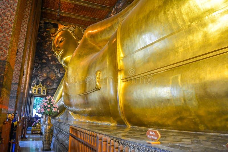wat pho的曼谷,泰国斜倚的菩萨 免版税库存照片