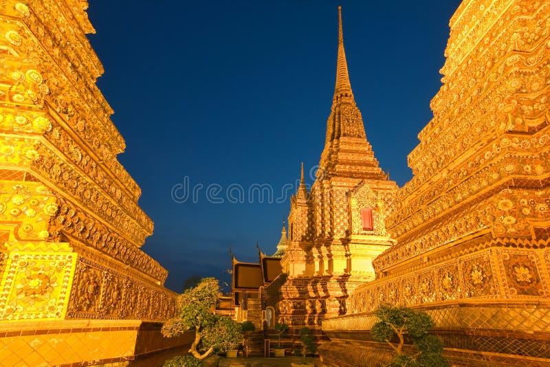 Wat Pho in Bangkok nach Sonnenuntergang lizenzfreie stockbilder