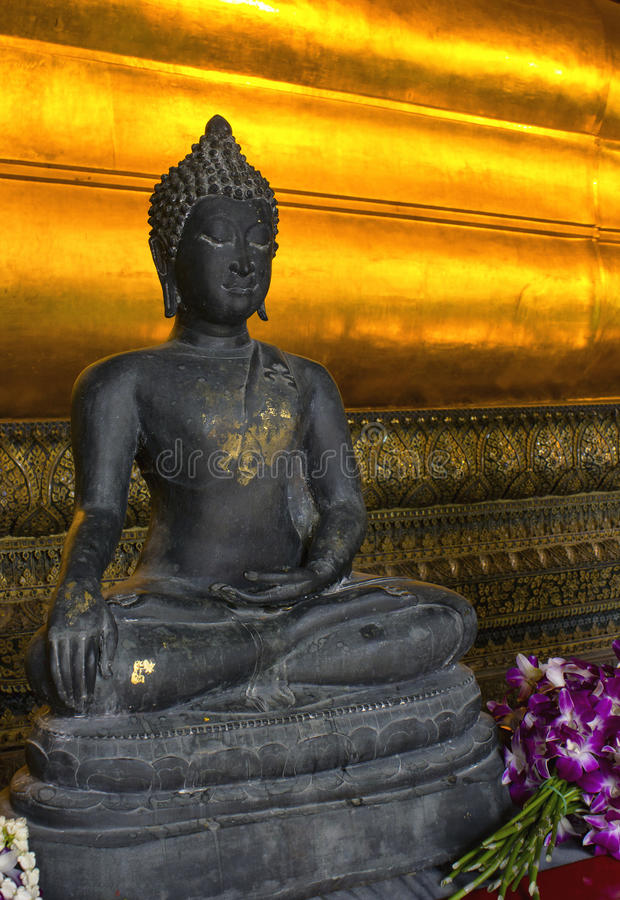 Wat Pho Bouddha et fleurs photo stock