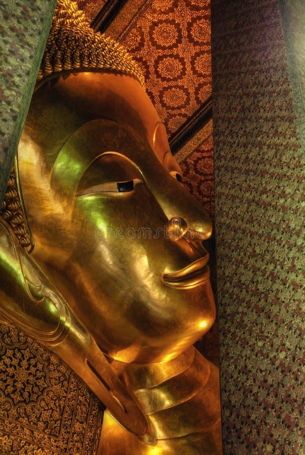 Wat Pho buddha de reclinação grande, Banguecoque, Tailândia imagens de stock