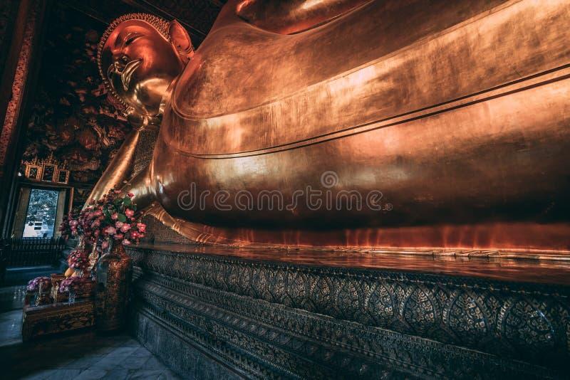 Wat Pho Buddha i den storslagna slotten Liggande Buddha i Bangkok Jätte- skulptur i slotten royaltyfri bild