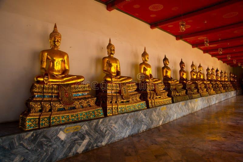 Wat Pho ou Wat Phra Chetuphon, o templo da Buda de reclinação em Banguecoque de Tailândia Estátua dourada de buddha fotografia de stock royalty free
