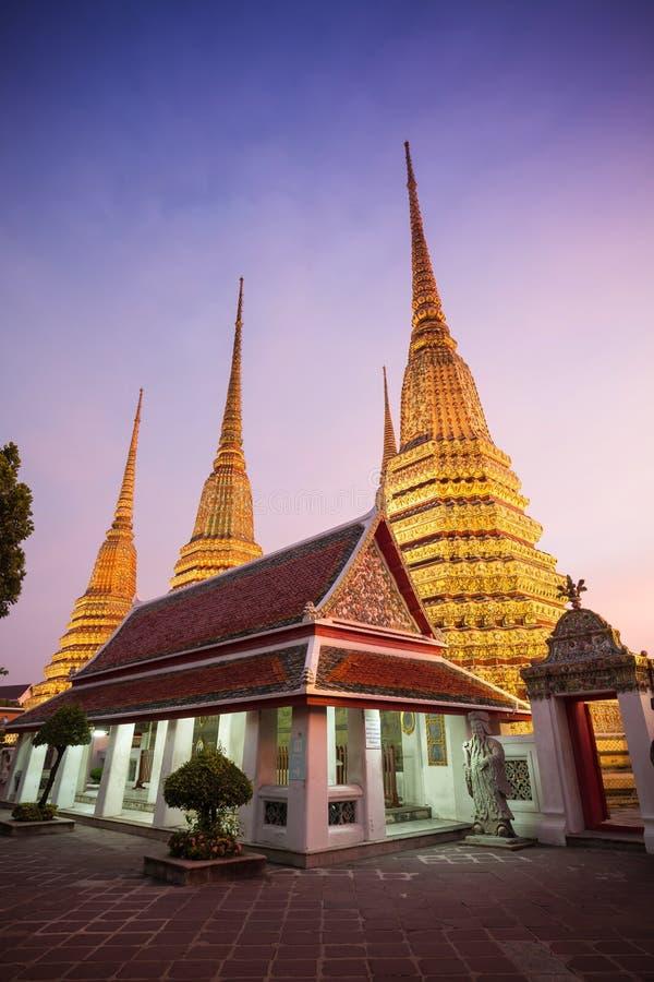 Wat Pho, tempiale del Buddha adagiantesi Bangkok, Tailandia immagine stock