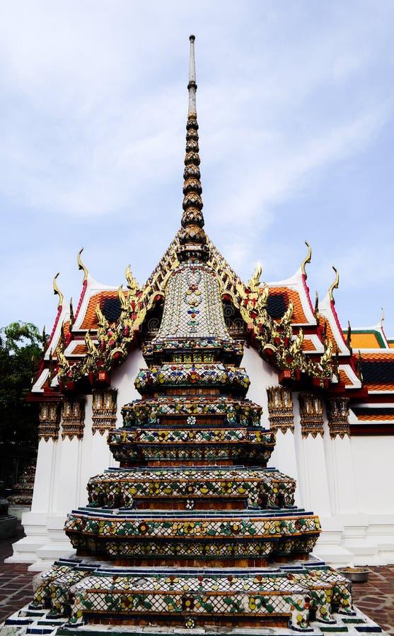 Wat Pho Temple av vilaBuddha eller Wat Phra Chetuphon, lokaliseras bak templet av Emerald Buddha, och a m?sta-g?r arkivfoto