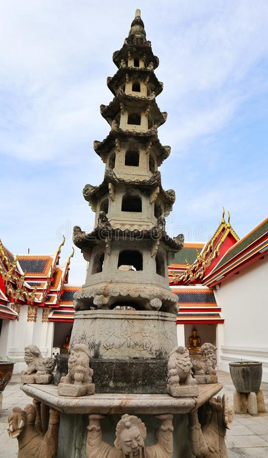 Wat Pho Temple av vilaBuddha eller Wat Phra Chetuphon, lokaliseras bak templet av Emerald Buddha, och a m?sta-g?r arkivbilder