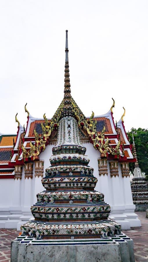 Wat Pho Temple av vilaBuddha eller Wat Phra Chetuphon, lokaliseras bak templet av Emerald Buddha, och a m?sta-g?r arkivfoton