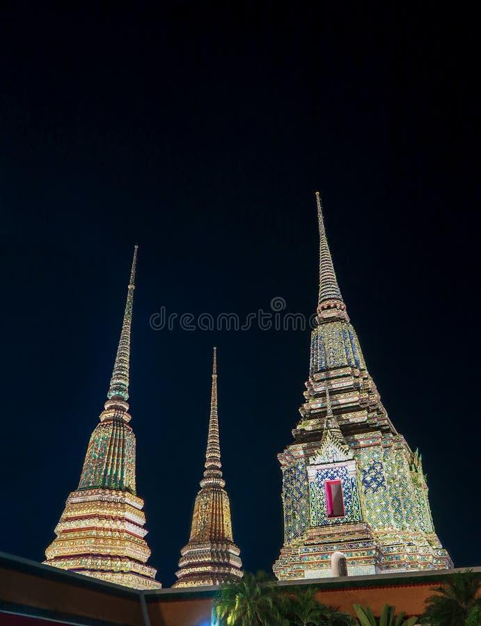 Wat Phra Chetupon Vimolmangklararm Stupas在晚上,曼谷, 库存图片