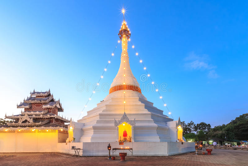 Wat Phra That Doi Kong Mu tempel på en bergöverkant, Mae Hong Son royaltyfria foton