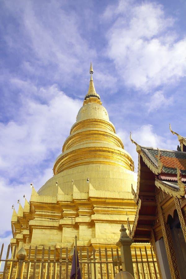 Wat Phra That Hariphunchai een iconische Boeddhistische pagode in Lamphun-provincie, Thailand Zijn Lanna-stijlchedi legt een over royalty-vrije stock foto's